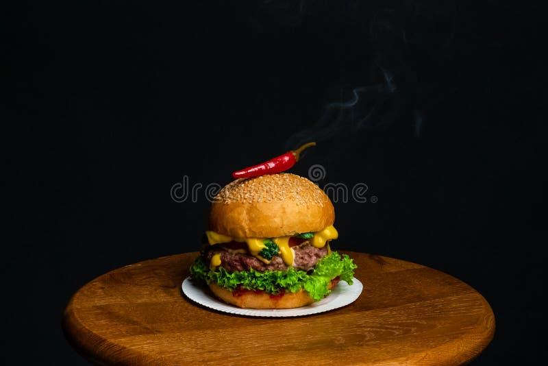 Hamburger z chili pieprzem z dymem zdjęcie stock