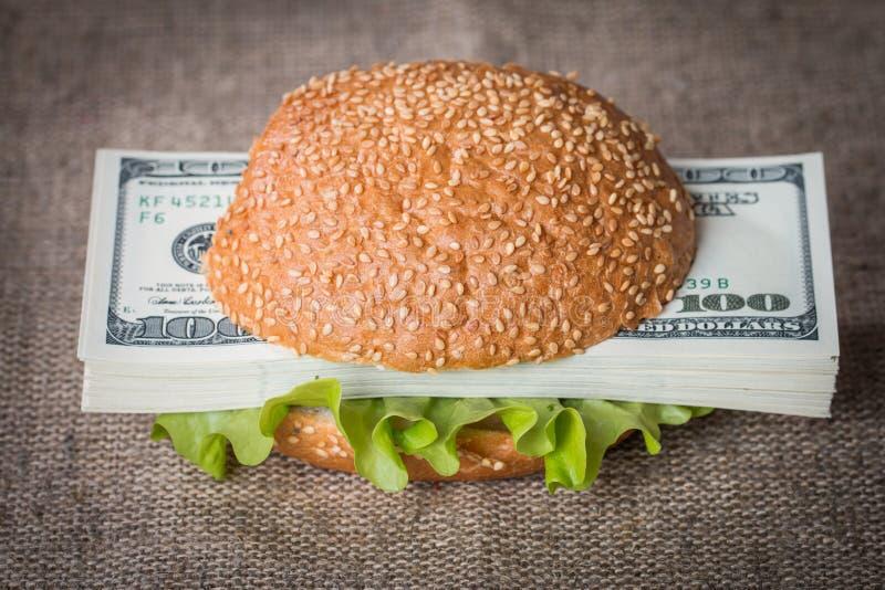 Hamburger z dolarowymi banknotami zdjęcia stock