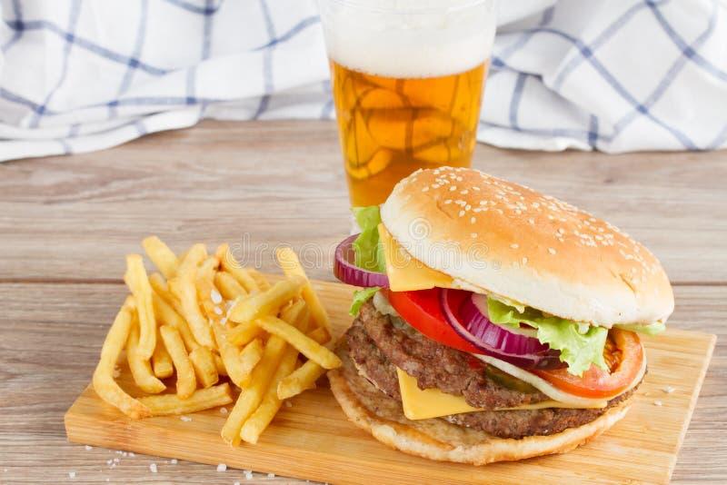 Hamburger z francuza piwem i dłoniakami zdjęcie stock