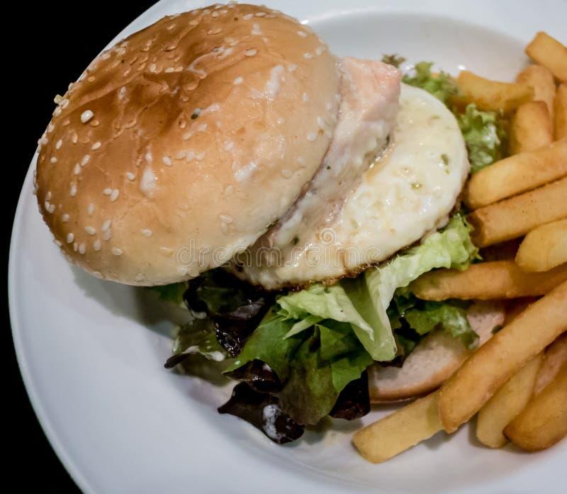 Hamburger z głęboką smażącą grulą obraz stock