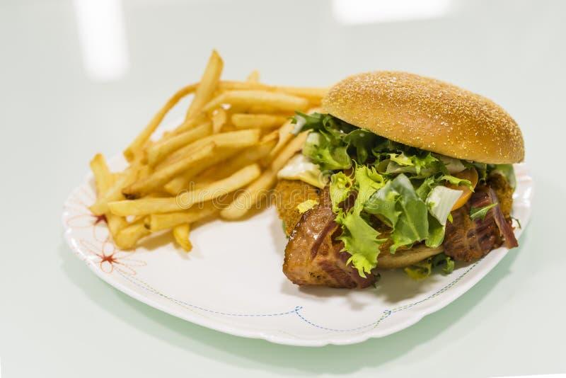 Hamburger z grulami na talerzu zdjęcia royalty free