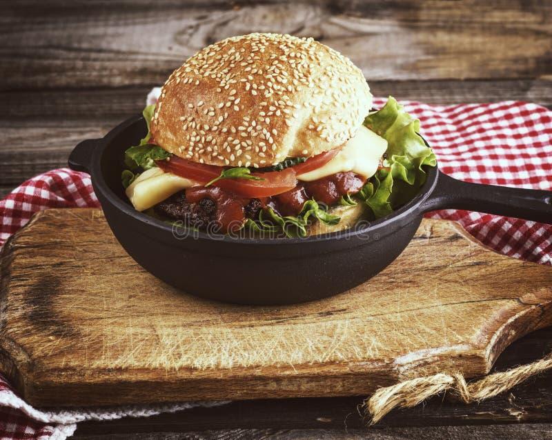 Hamburger z klopsikiem i warzywami ja fotografia stock