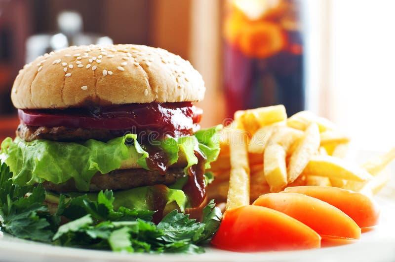 Hamburger z pomidorem i grulami zdjęcia stock