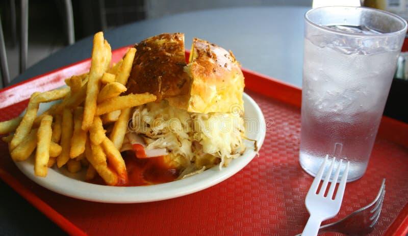 Hamburger z serem, cebulami i dłoniakami, zdjęcia stock