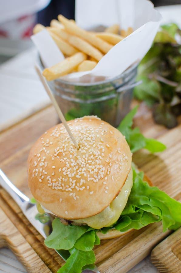 Hamburger z soczystą wołowiną i serem zdjęcie royalty free