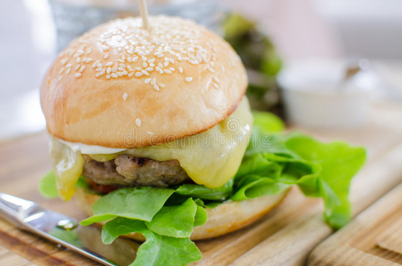 Hamburger z soczystą wołowiną i serem zdjęcie stock