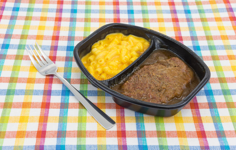Hamburgermahlzeit mit Makkaroni mit Käse Fertiggericht lizenzfreies stockbild