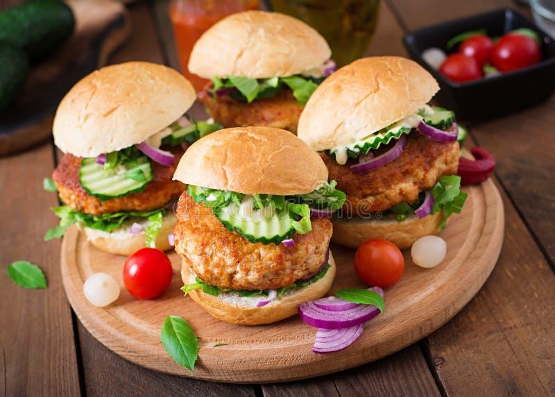 Hamburgers épicés de poulet avec la tomate et l'aubergine - sandwich photographie stock libre de droits