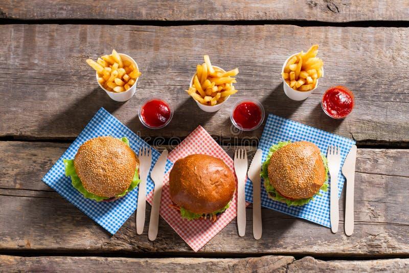 Hamburgers avec des fritures et des couverts image libre de droits