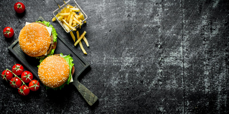 Hamburgers avec des fritures et des tomates photo stock