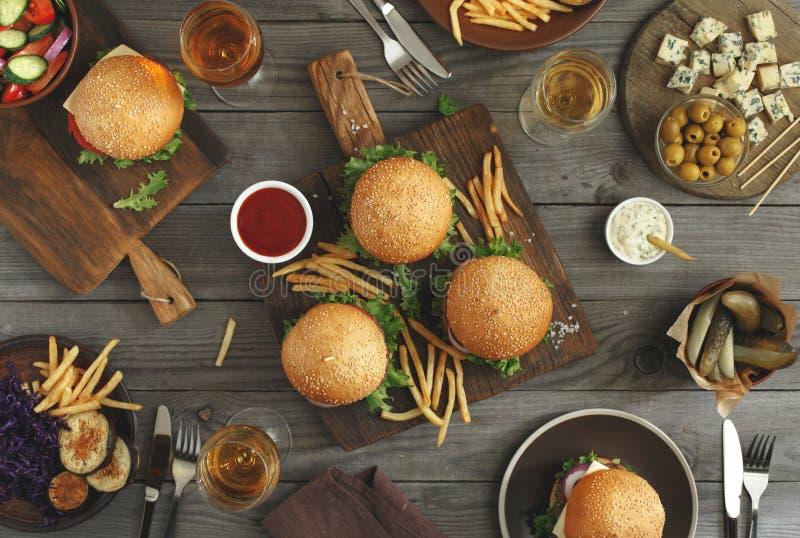 Hamburgers avec la nourriture différente images stock