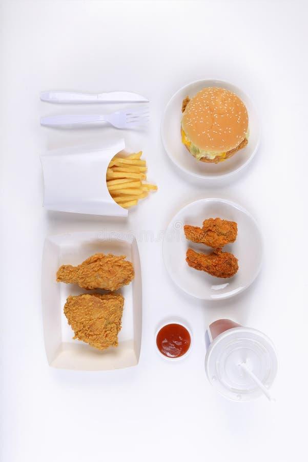 Hamburgers contenants figés d'aliments de préparation rapide, poulet frit, pommes frites et boisson non alcoolisée d'isolement su images stock