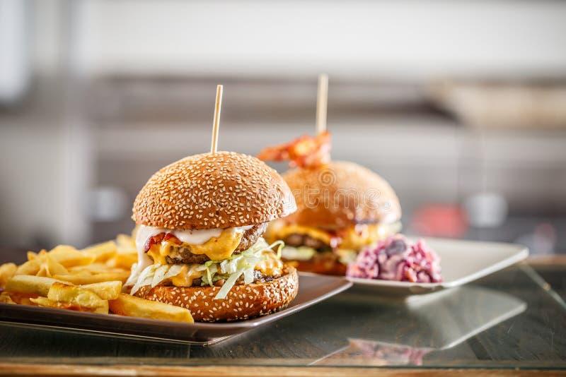 Hamburgers délicieux avec du boeuf image stock