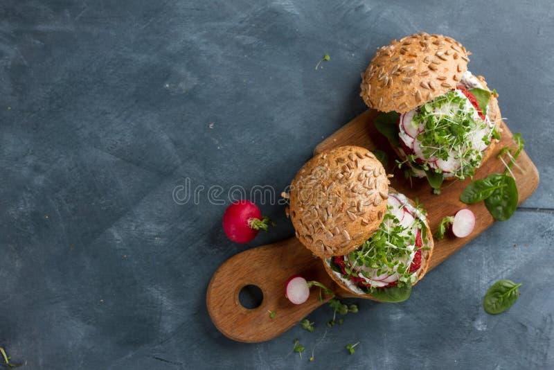 Hamburgers de betterave de couscous de Veggie photographie stock libre de droits