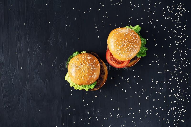 Hamburgers de boeuf de métier Vue supérieure photographie stock libre de droits
