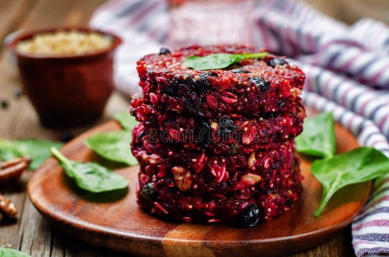 Hamburgers de noix de betterave de quinoa de haricots noirs avec des épinards photo stock