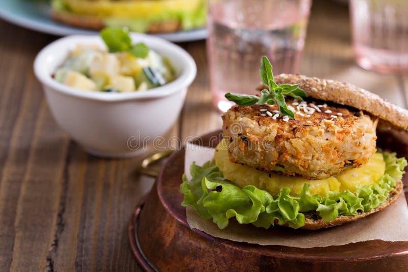 Hamburgers de Vegan avec des haricots et des légumes photos libres de droits