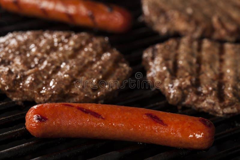Hamburgers en Hotdogs op de Grill royalty-vrije stock fotografie
