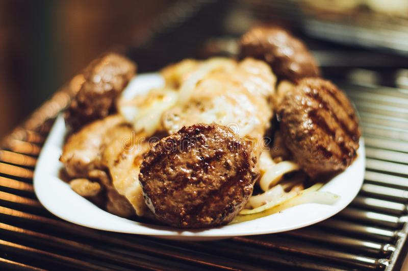 Hamburgers et filet grillés de poulet d'un plat images libres de droits