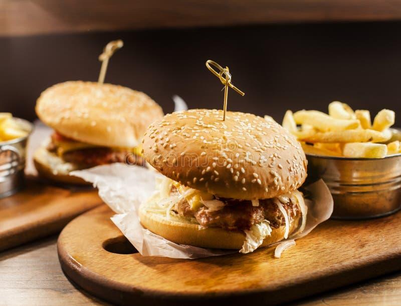 Hamburgers et fritures image stock