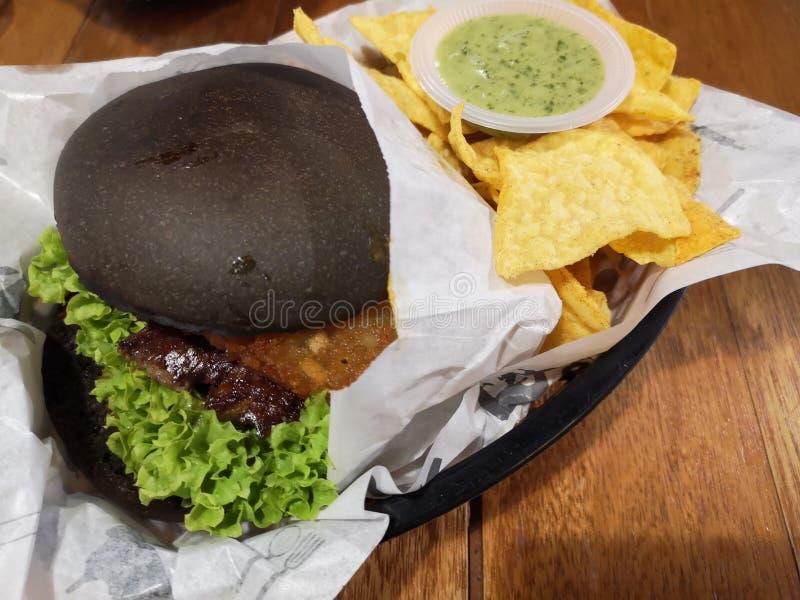 Hamburgers et pommes chips de tortilla photo stock