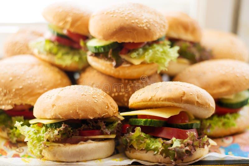 Hamburgers faits maison avec les légumes frais photos libres de droits