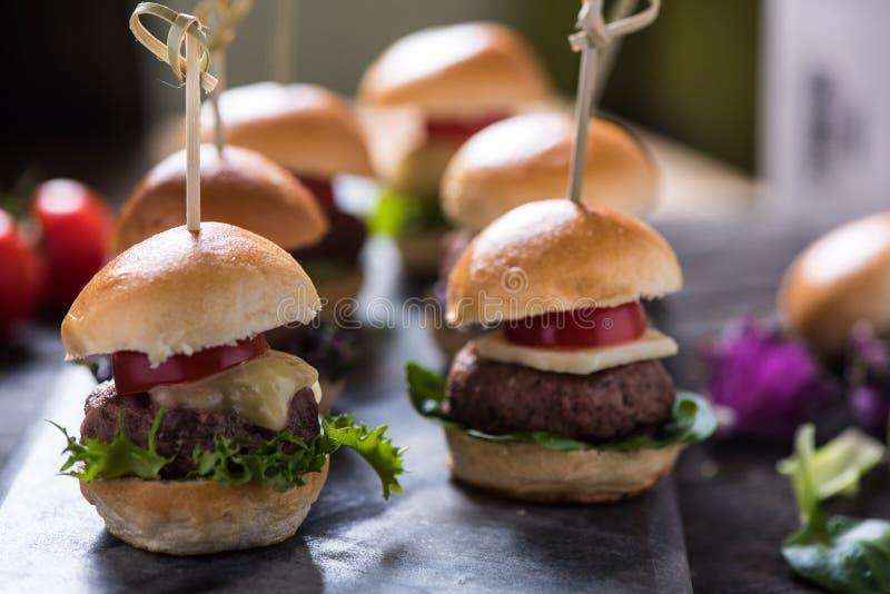 Hamburgers faits maison de boeuf avec du fromage image stock