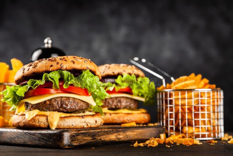Hamburgers grillés délicieux images stock