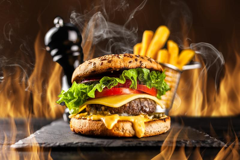 Hamburgers grillés délicieux images libres de droits