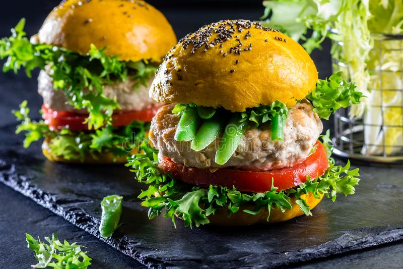 Hamburgers jaunes colorés Hamburgers d'hamburgers de poulet avec du pain de safran des indes photos libres de droits