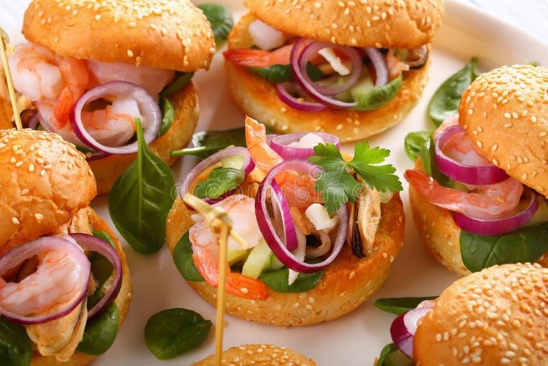 Hamburgers juteux grillés délicieux, vue supérieure image stock
