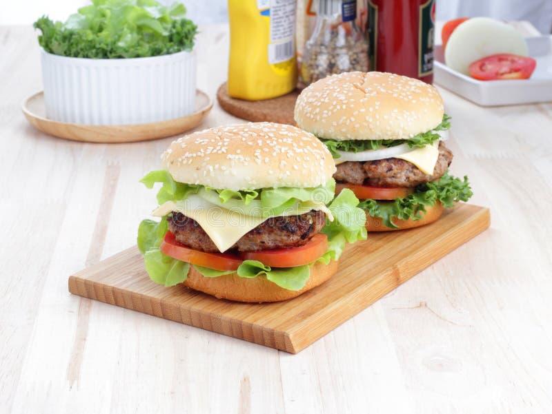 Hamburgers op de lijst. stock fotografie