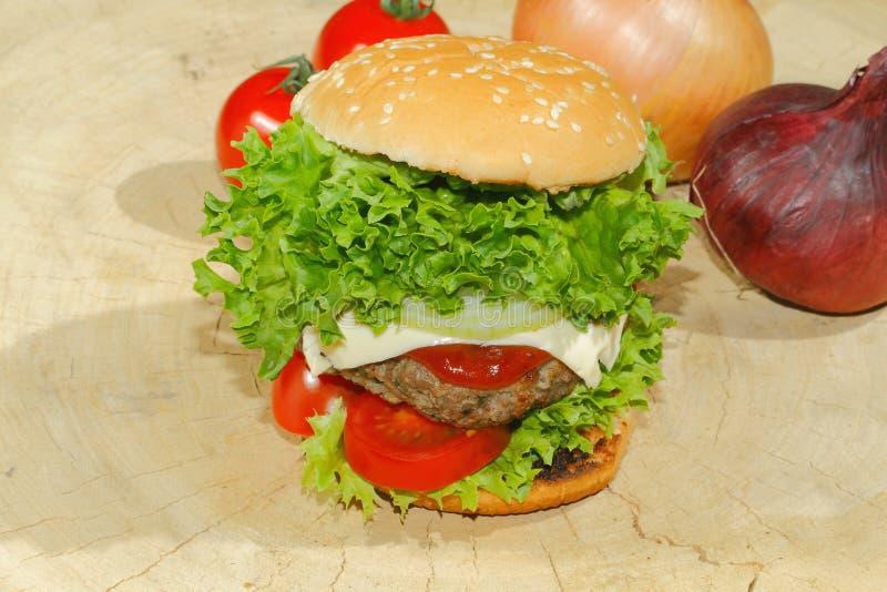 Hamburgers, snel voedsel, hamburger, hamburgerlapje vlees, sla, tomaat, stock afbeeldingen