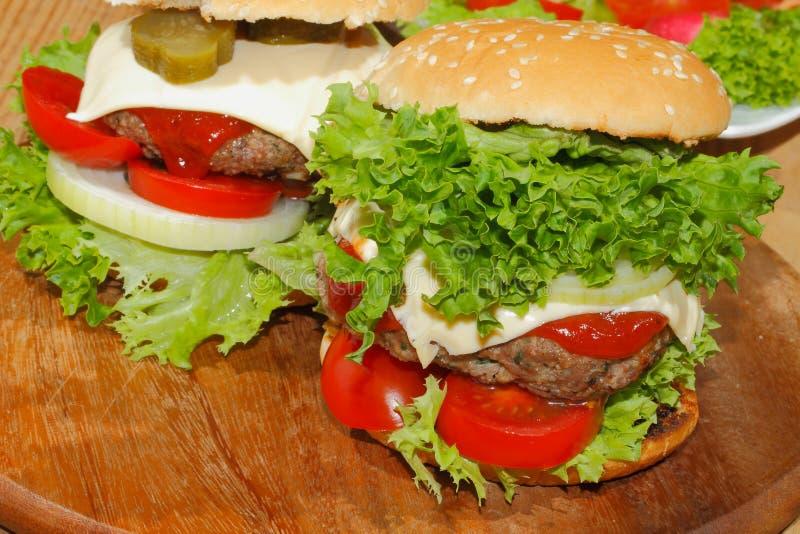 Hamburgers, snel voedsel, hamburger, hamburgerlapje vlees, sla, tomaat, stock foto's