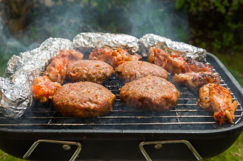Hamburgers sur un gril photos stock