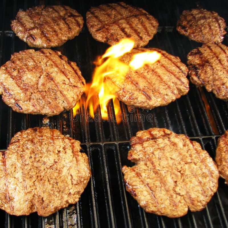 Hamburgers sur un gril images libres de droits