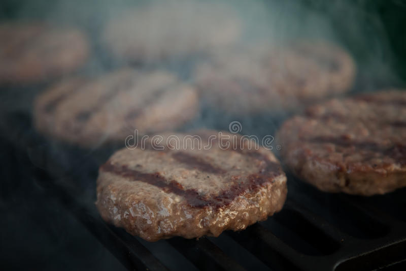 Hamburgers sur un gril image libre de droits