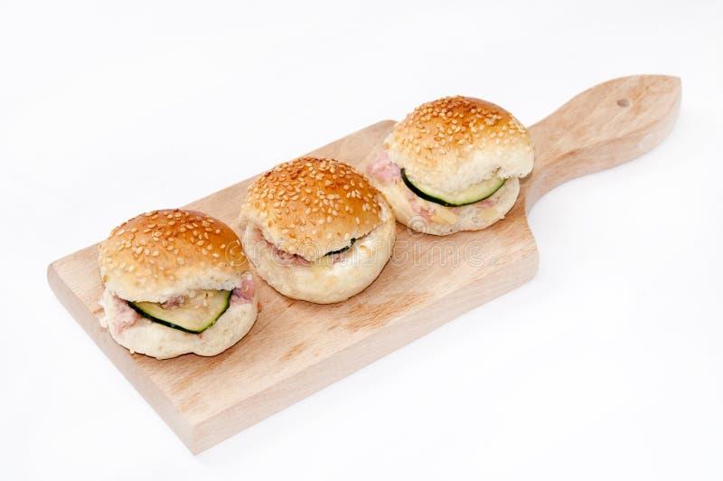 Hamburgersandwiche mit Schinken und Gurke stockbilder