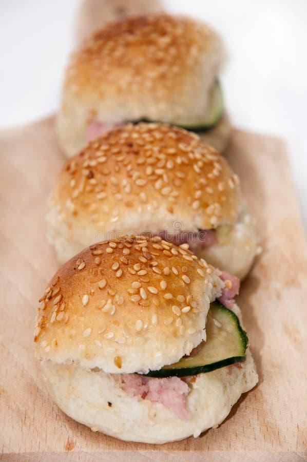 Hamburgersandwiches in ondiepe nadrukdiepte royalty-vrije stock afbeeldingen
