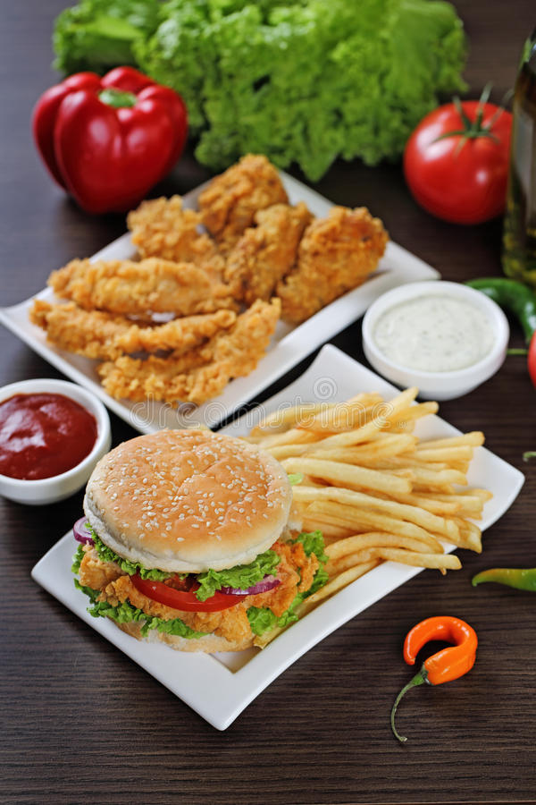 Hamburgeru i kurczaka bryłki zdjęcia royalty free