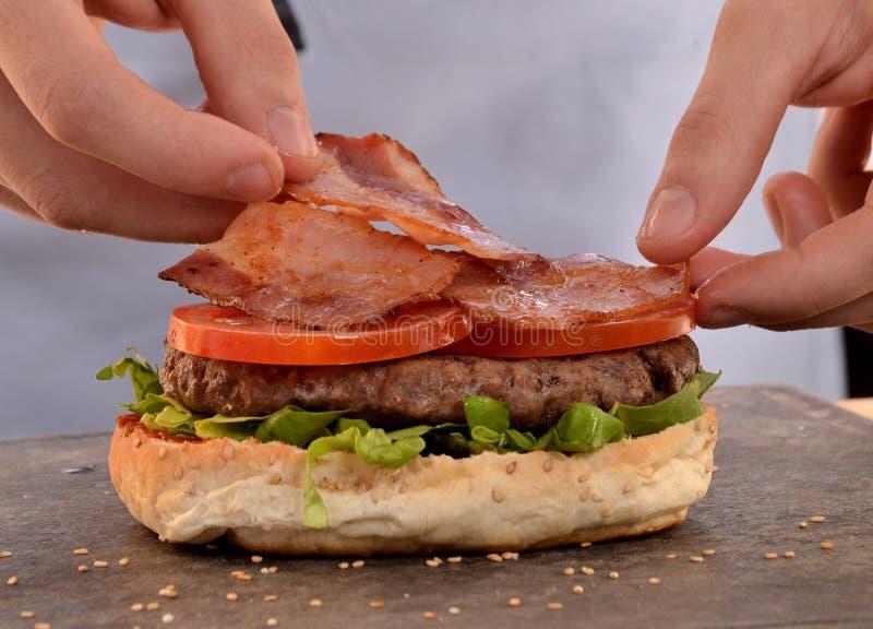 hamburgeru narządzanie obraz stock
