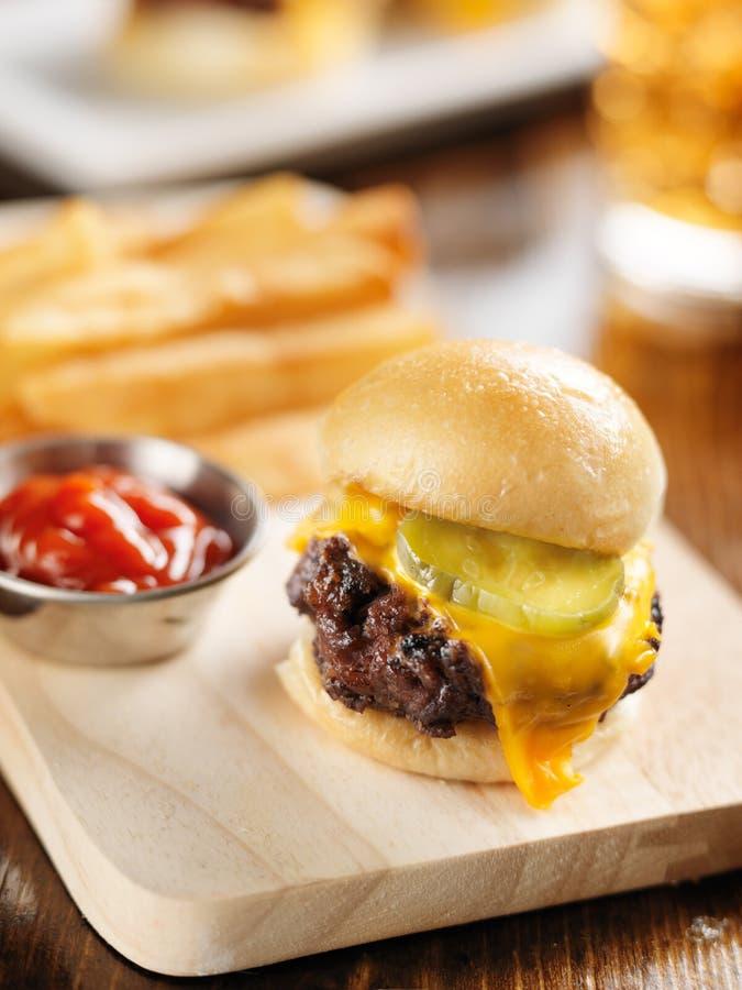 Hamburgeru suwaka zakończenie up na drewnianej tnącej desce fotografia stock