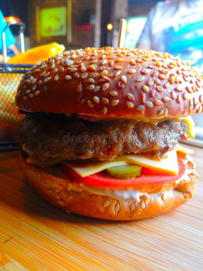 hamburgery Domowej roboty hamburger z ?wie?ymi warzywami obraz royalty free