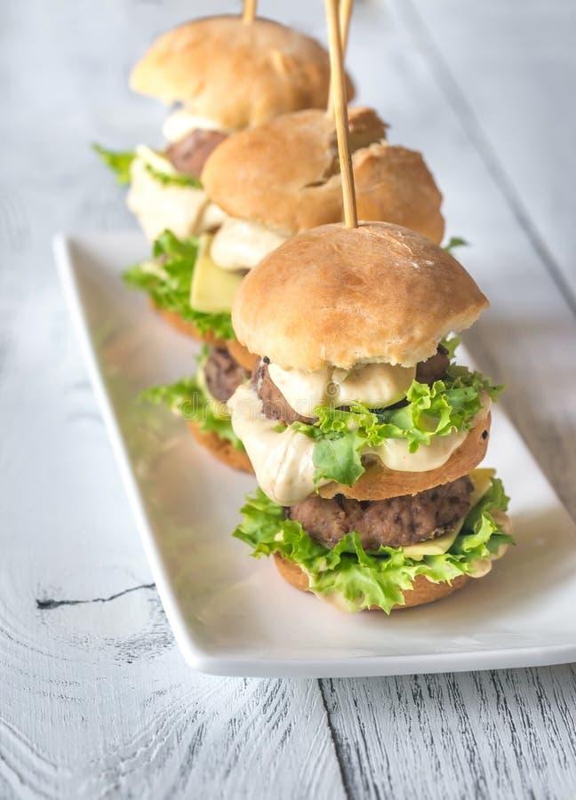 Hamburgery na białym talerzu obrazy stock