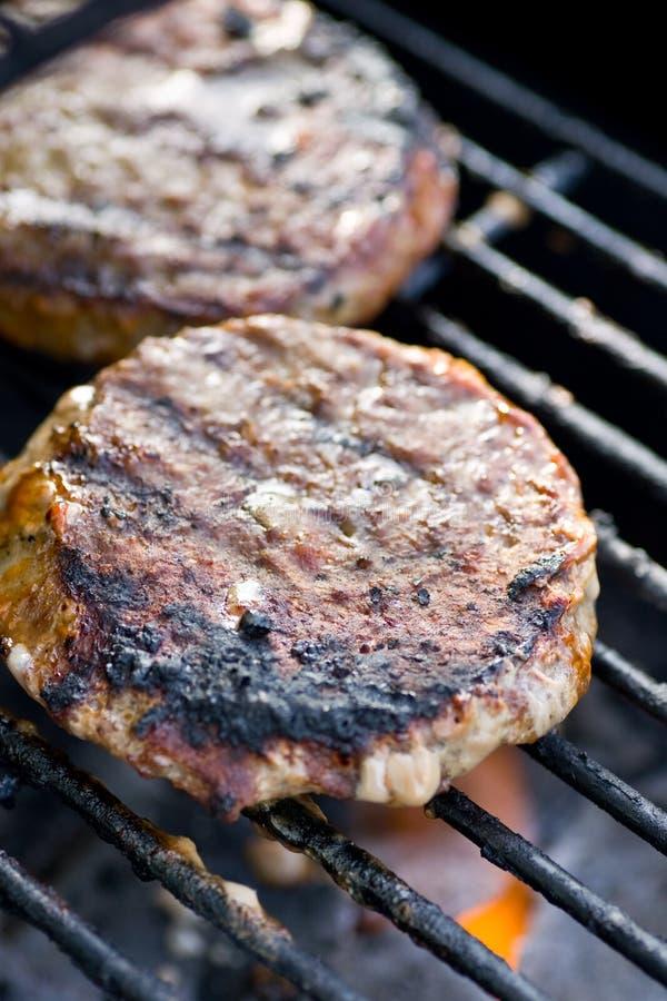 Hamburgery na grillu zdjęcie stock