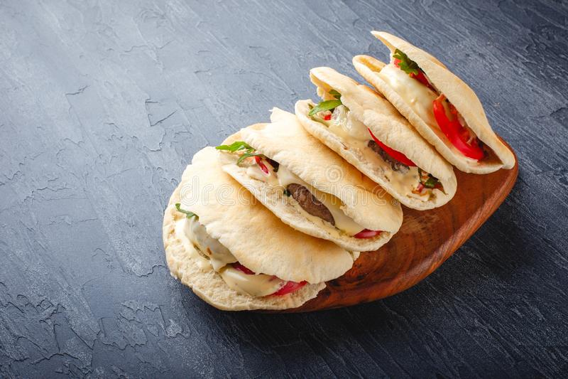 Hamburgery w pita chlebie obraz stock