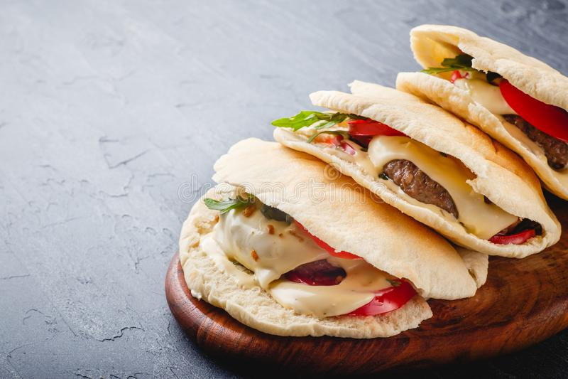 Hamburgery w pita chlebie zdjęcia royalty free