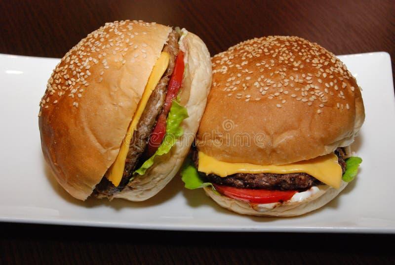 Hamburgery z cutlet i serem na białym talerzu zdjęcia stock