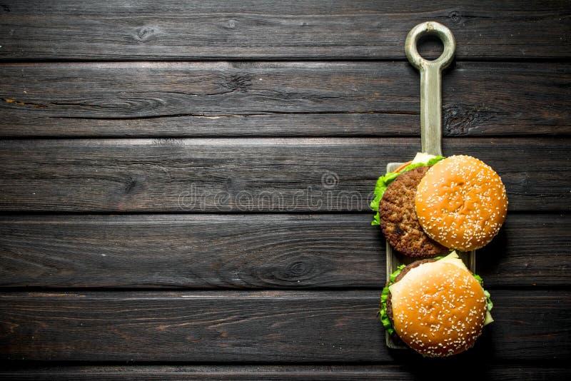 Hamburgery z cutlet soczysta wo?owina, warzywa i ser, zdjęcia stock