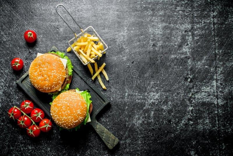 Hamburgery z d?oniakami i pomidorami zdjęcie stock